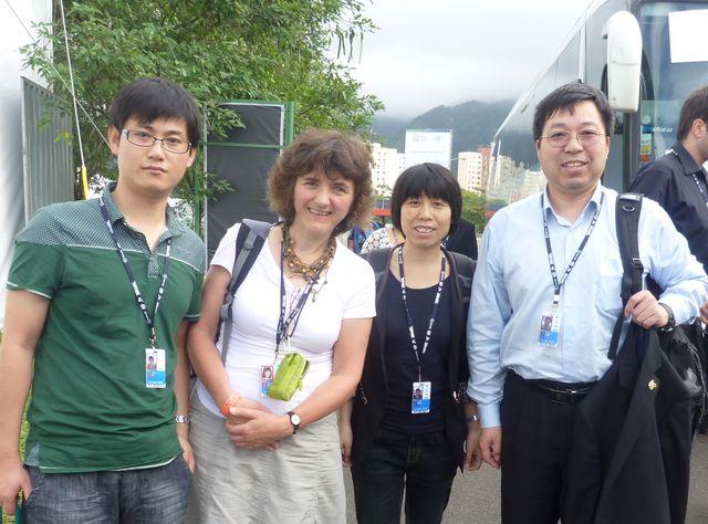 Huang Haoming (à droite) et ses collègues de Cango avec Antoinette Brouyaux